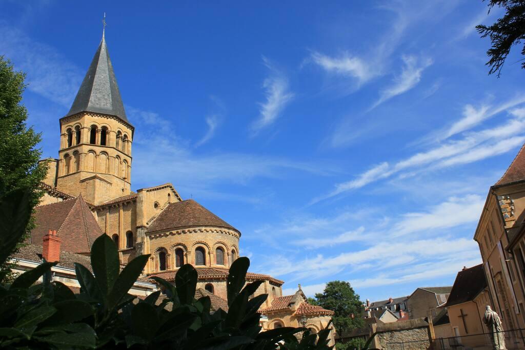 La basilique de Paray le Monial . (Réplique au tiers de Cluny !)