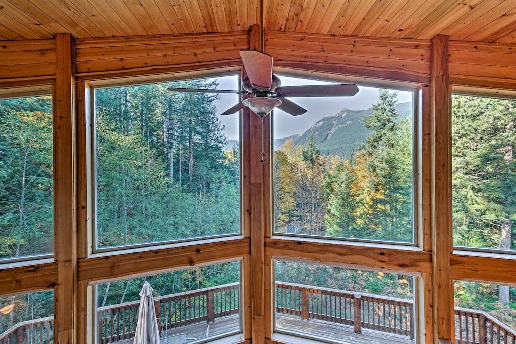 39 grizzly tower 39 packwood cabin w forest views cabins for Rental cabins near mt st helens
