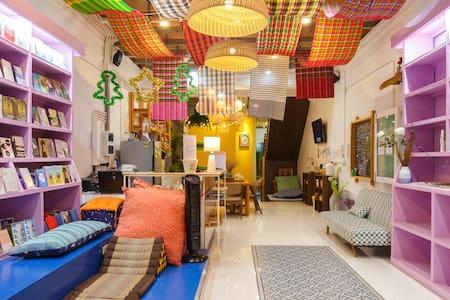 Chill in female dorm 8 bed / Phuket Town