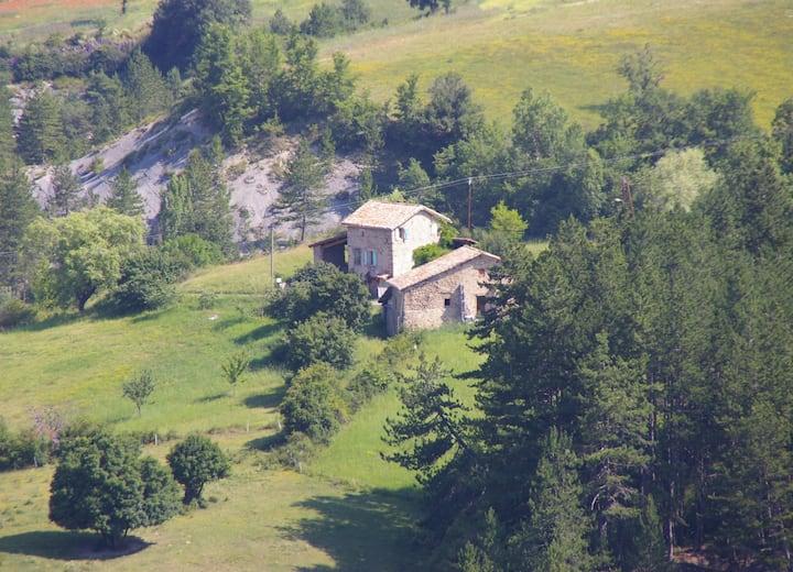 Ancienne ferme sur colline, calme, vue panoramique