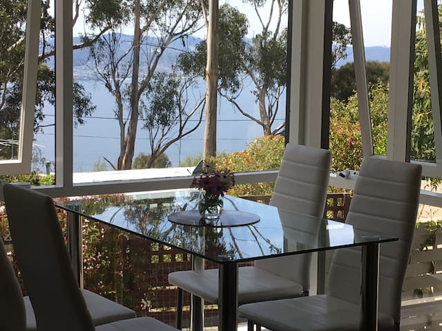 BIRDLIFE & GUMS Mt Nelson 2BEDROOMS,10 min.car CBD
