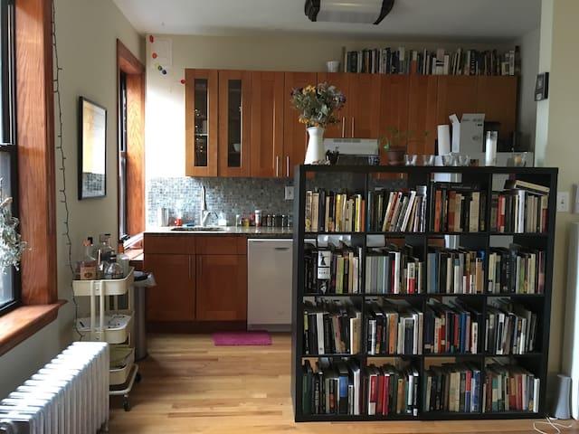 Our Sunny and Spacious Apartment :-) - Brooklyn - Apartamento