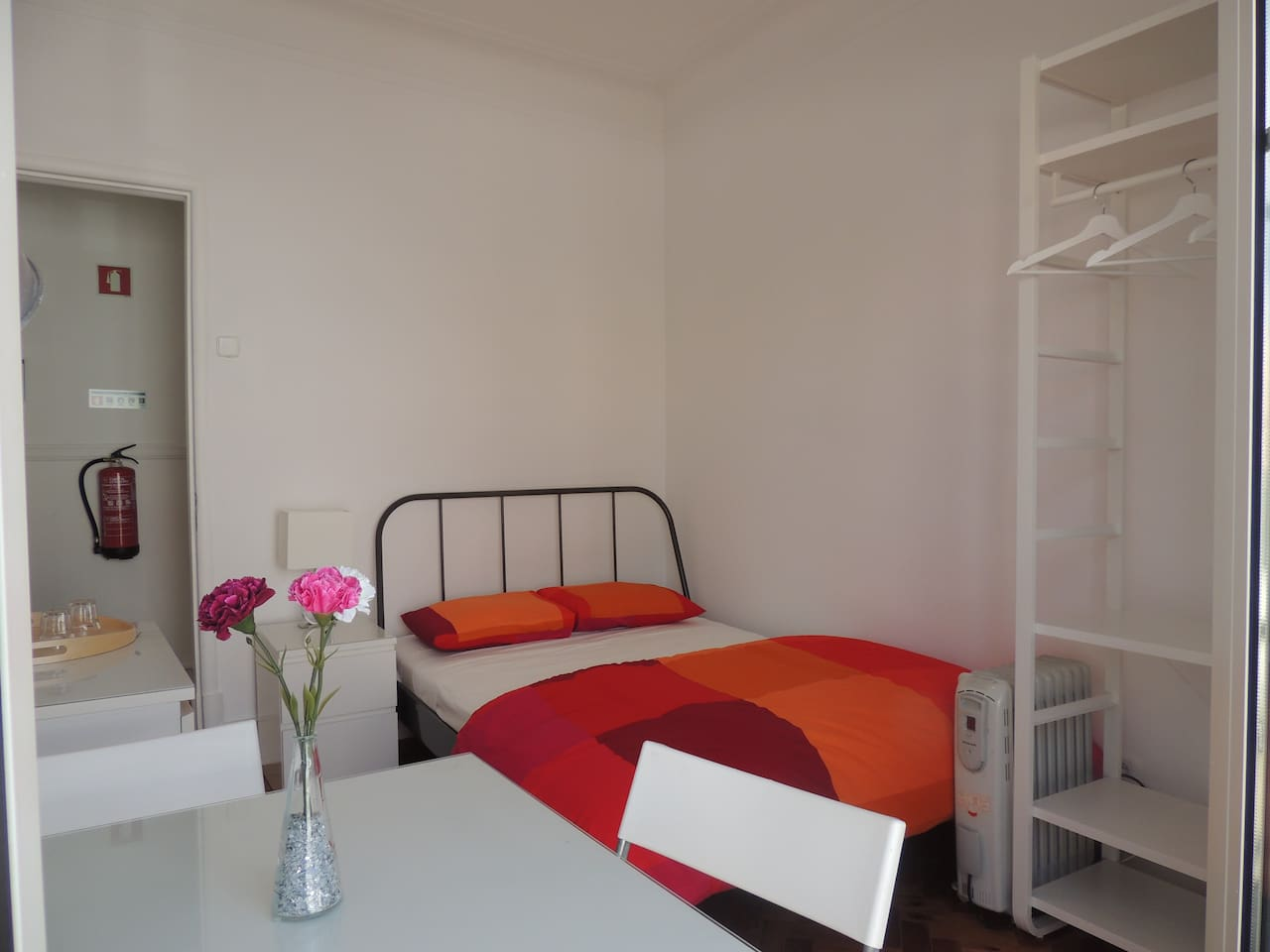 -Quarto 02 : cama de casal(nova), mesa de cabeceira, abajur(novo), mesa para refeições e trabalho com 02 cadeiras , cômoda e armário aberto (novo), balcony.