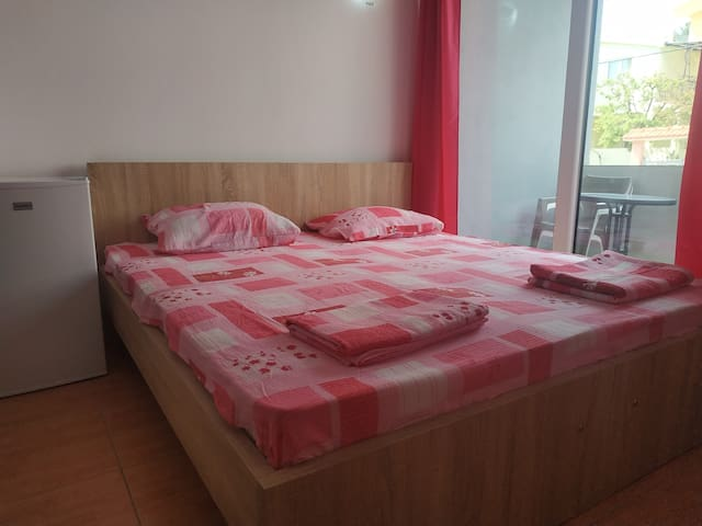 Double room, mountain views, a kitchen & balcony.
