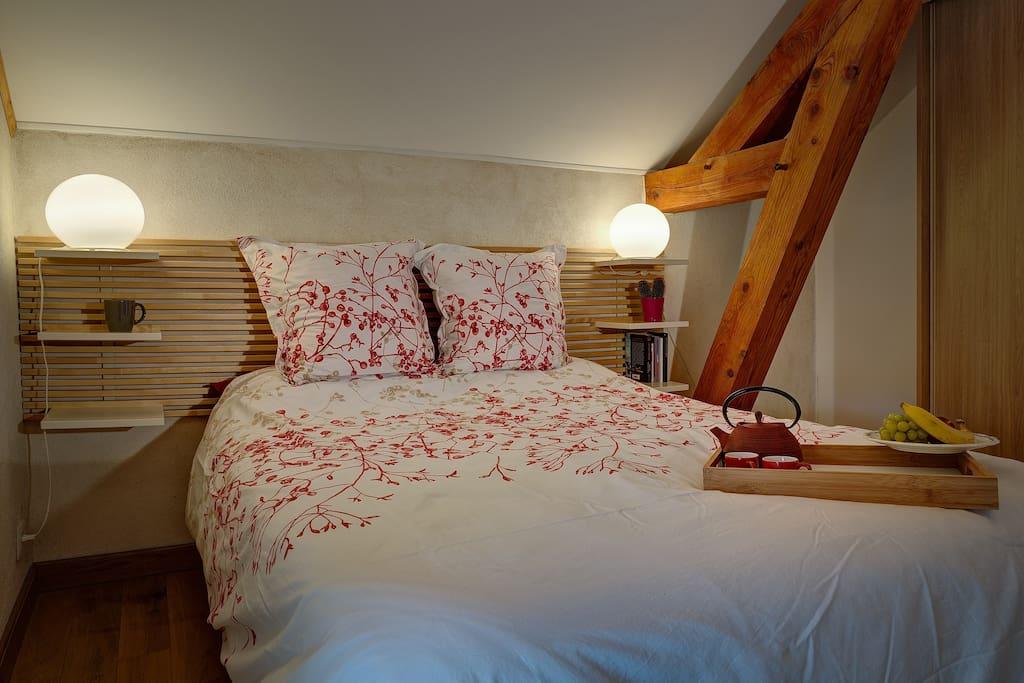 Une chambre avec literie haut de gamme.