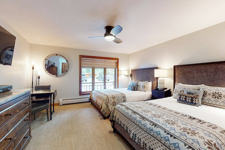Ski-in/out, hotel-style studio w/ high-speed WiFi & shared pool, hot tubs, W/D!