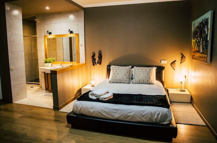 CasaVilaRosa - Quarto  1  WC Privado no Interior