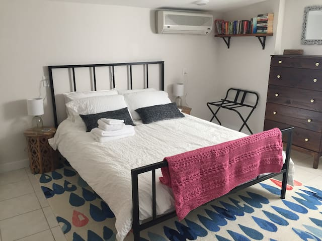 Tranquil Room with Private Entrance and Parking