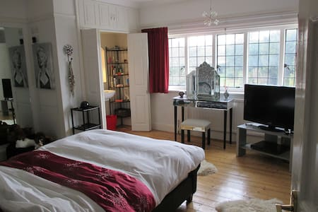 2 dbl. bedrooms in character house - Aldershot