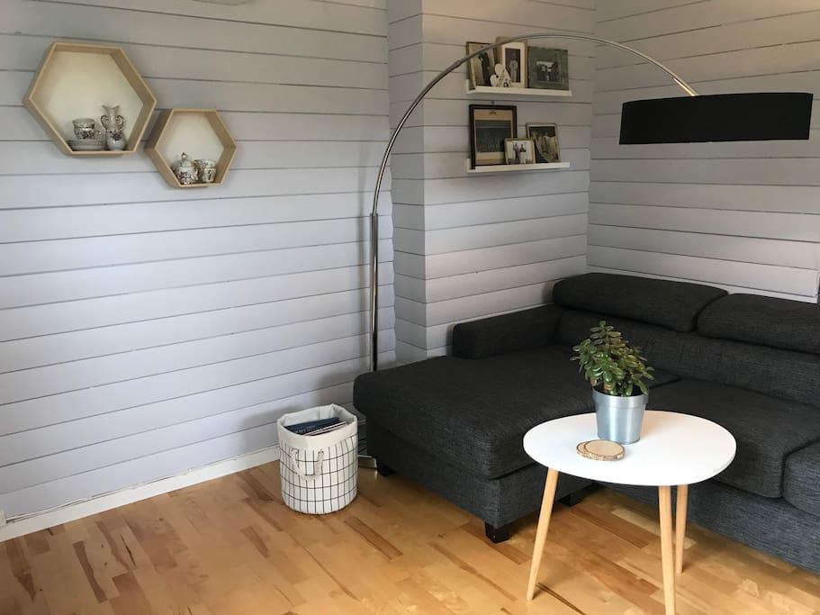 Stue med sofa og TV-krok