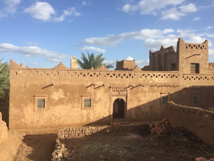 Maison en terre au milieu de la palmeraie du Drâa