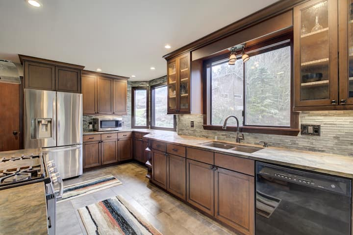 Great location,  newly-remodeled, dog friendly!