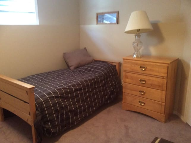 Cozy Bedroom in Johnstone - Easy access to HWY 2