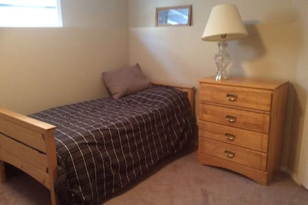 Cozy Bedroom in Johnstone - Easy access to HWY 2 - Red Deer - Rumah
