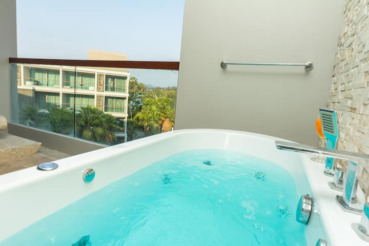Jacuzzi large studio at Laguna, beach-10 min walk