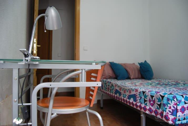Acogedora y luminosa habitación con balcón