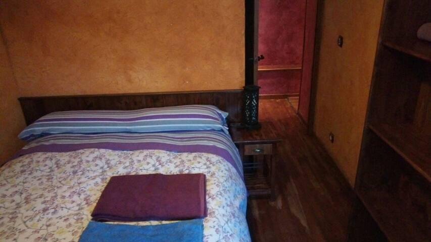 Habitación casco antiguo, con cama de matrimonio