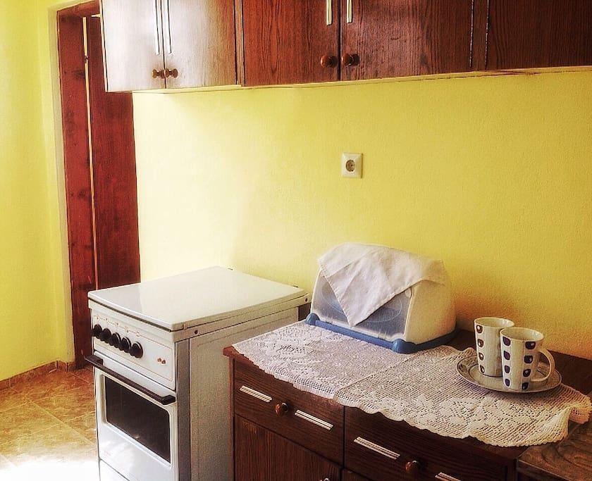 Кухня на первом этаже, с большим современным холодильником/The kitchen downstairs, provided also with a big fridge