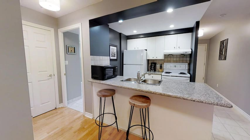 ❤ Beautiful One Bedroom Queen Street Suite  ❤