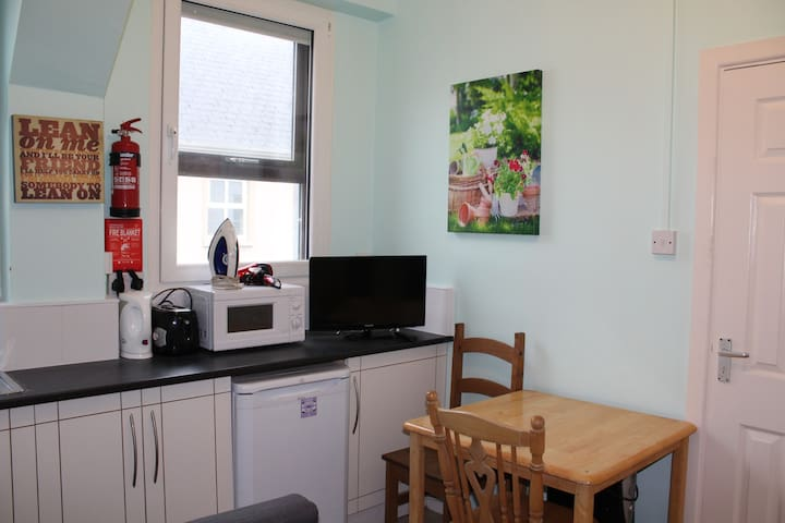 ShortLetGalway City Center Bedsit Apartment 6