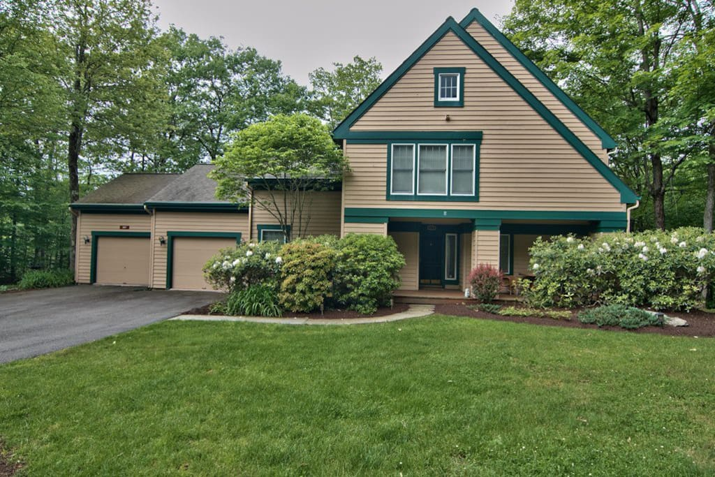 catholic singles in buck hill falls Single family detached - located in historic buck hill falls and just 2 hours from either nyc or philly, this adorable 3 bedroom/3 bath cottage welcomes you.