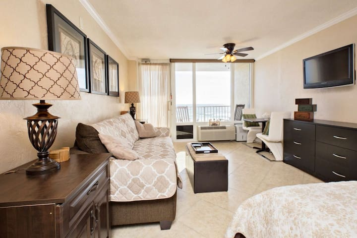 Your Ocean-Front Slice of Heaven at Pirate's Cove-Newly Renovated/Decorated 4th Floor Unit-Sleeps 4! - Daytona Beach - Apto. en complejo residencial