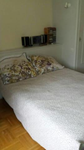chambre spacieuse tout confort en centre ville - La Tour-du-Pin - Huoneisto