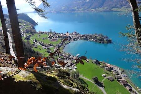 romantic typical Swiss village on Lake Brienz - Iseltwald - Kondominium