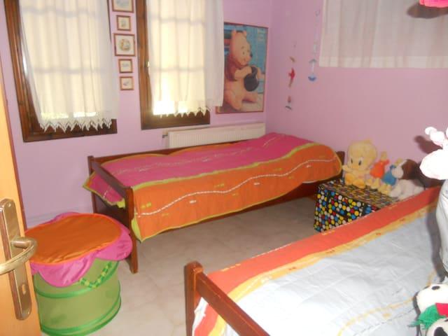 Ένα κουκλίστικο παιδικό δωμάτιο
