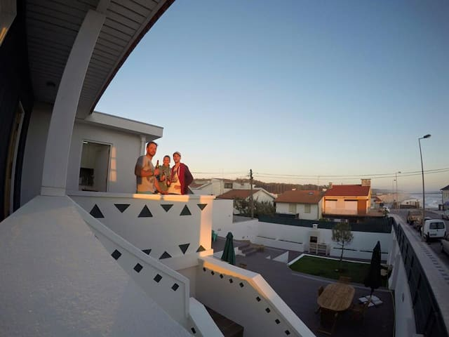 Beach house with beautiful ocean view and surf - Cortegaça