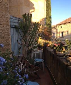 Charme des vieilles pierres dans maison du xvIIIem - Castillon-du-Gard - Domek gościnny