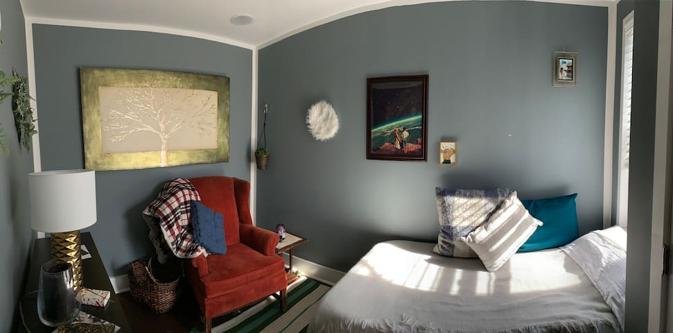 Sunlit Room in Port Richmond For Philly Adventures