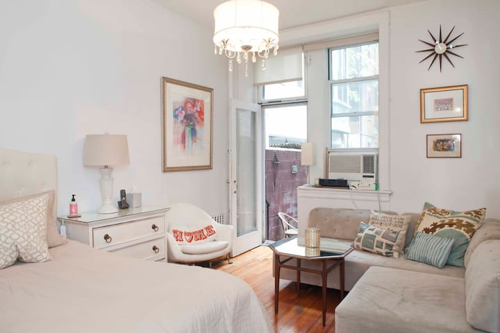 NYC CHIC!!!  LARGE STUDIO APT on UWS