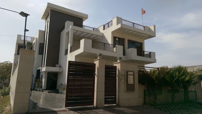 Comfortable Spacious Clean Room - Faridabad - Hus