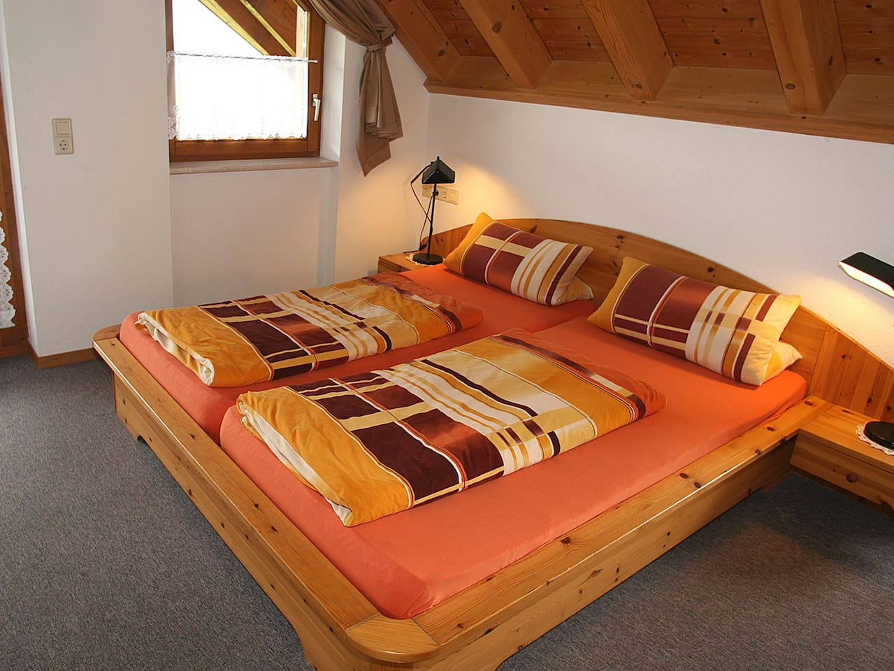 Schlafzimmer mit Möglichkeit zum Zustellen eines Baby- und Zustellbettes
