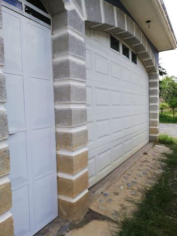 Entrada principal de la casa, cuenta con portón eléctrico para fácil acceso.