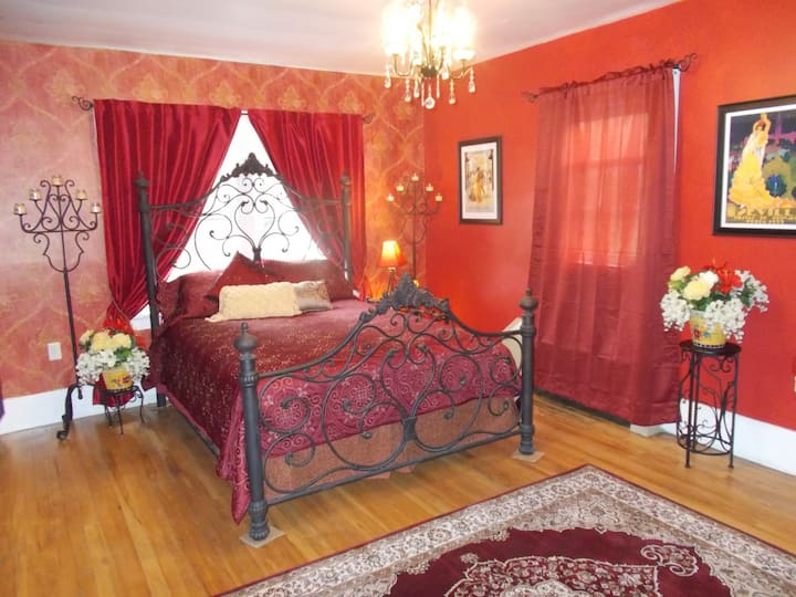 Madrid Room - White House of Eldora B&B