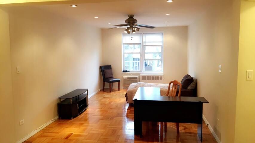 Huge Room 2 min to LIRR, 15 min NYC - Квинс - Квартира