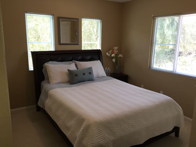 Private room in Nice Home Close to Wine Country - Temecula - Ház