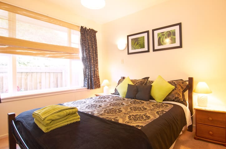 AIRPORT GUEST HOUSE- GREAT LOCATION-GREAT REVIEWS! - Christchurch - Bed & Breakfast