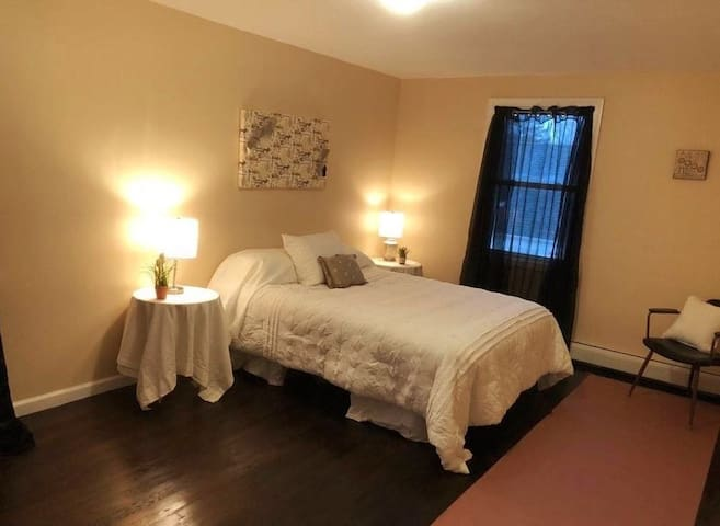 Private, Quiet Bedroom for Business or Couples