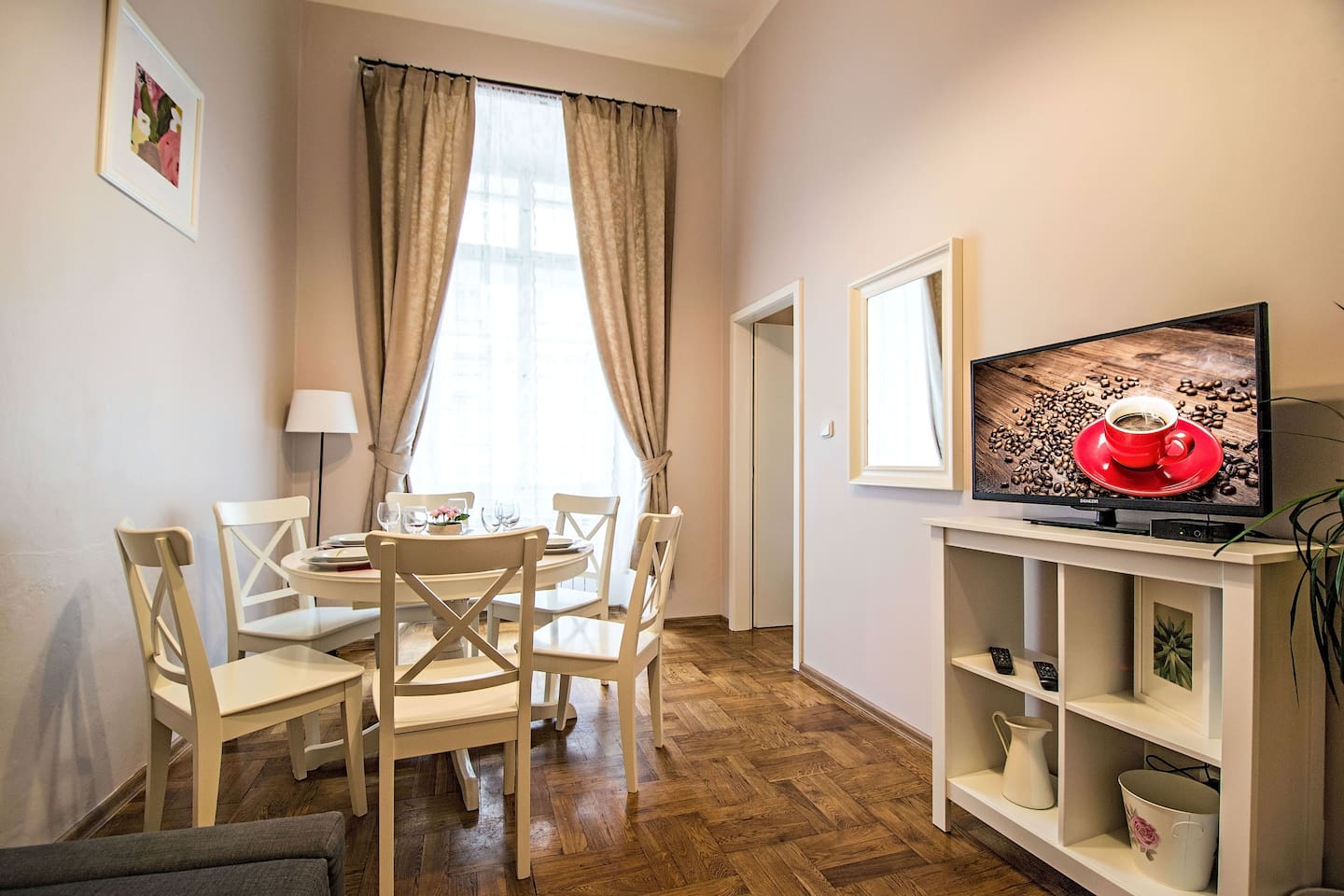 Spacious living room with dining table for 6 people