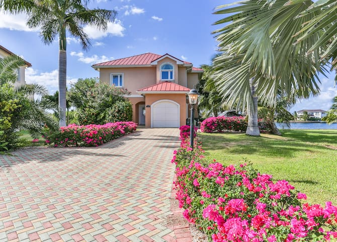Sleeps 10! Canal Front 4 Bed+Den Home Bimini Drive - Grand Harbour - Casa