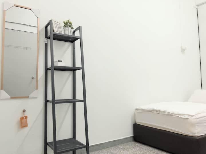 Room 5 • Lee's Homestay | 9-mins walk to GURNEY