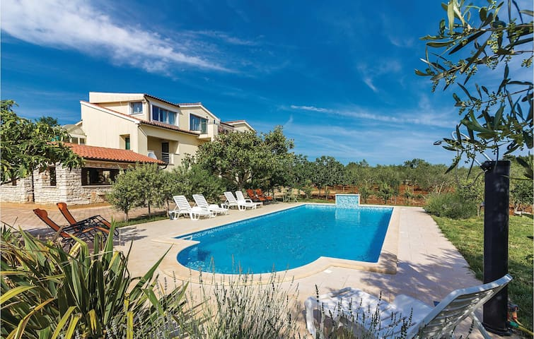 Holiday villa in Vodnjan with pool