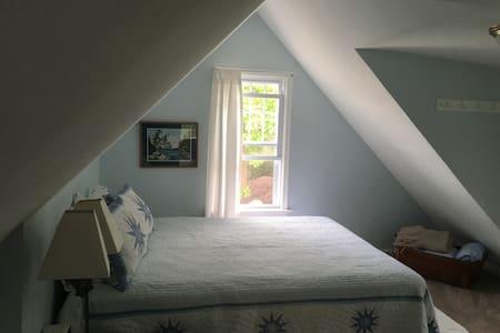Charming 2-story retreat near water - Branford - Σπίτι