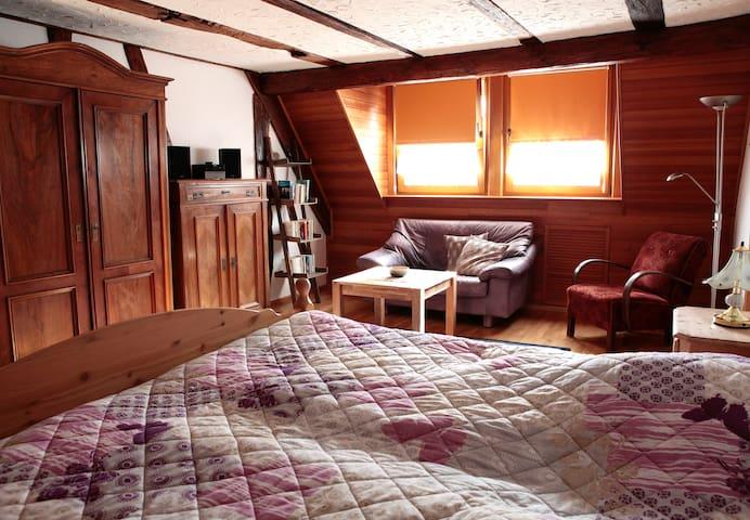 Schlafzimmer mit Doppelbett und Kuschelecke