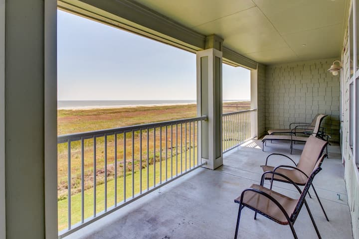 Pointe West waterfront condo w/ a shared pool & hot tub - right at the beach