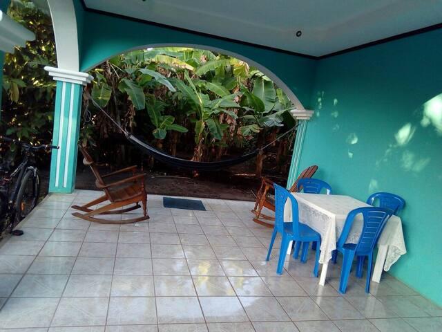 Espacio para leer descansar frente a nuestra plantas  ornamentales, árboles frutales y plantación de plátano