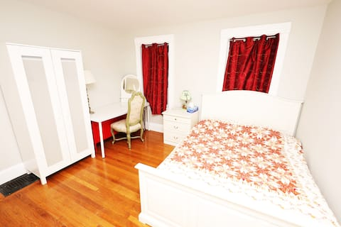 BedRoom-Queen Bed, Walk to Red Line T or Beach